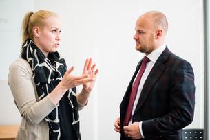 Finland, Helsinki, Woman talking with businessmanの写真素材 [FYI02194876]