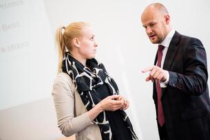 Finland, Helsinki, Woman talking with businessmanの写真素材 [FYI02194943]