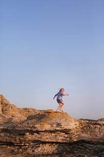 Sweden, Gotland, Faro, Gamle hamn, Side view of girl (10-11) hikingの写真素材 [FYI02195246]
