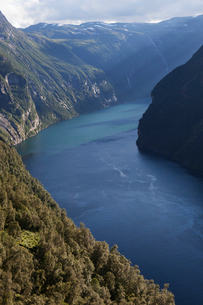 Norway, Sunnmore, Geirangerfjorden, River flowing through mountainsの写真素材 [FYI02195573]