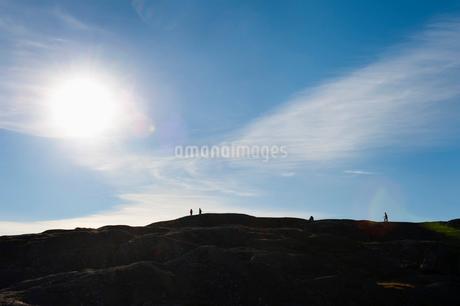 Sweden, Bohuslan, Silhouette of hikers on hillの写真素材 [FYI02195581]