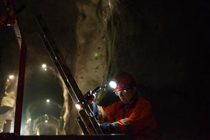 Sweden, Norrbotten, Kiruna, Miner working undergroundの写真素材 [FYI02195731]