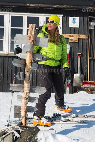 Sweden, Lapland, Woman in ski-wear looking awayの写真素材 [FYI02195934]
