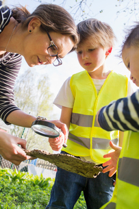 Sweden, Vastergotland, Olofstorp, Bergum, Woman taking care of children (2-3, 6-7) outdoorsの写真素材 [FYI02196052]