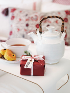 Close up of present, cookie and teaの写真素材 [FYI02196099]