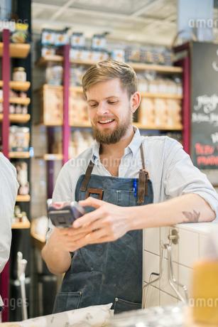 Sweden, Uppland, Hotorgshallen Saluhall, Portrait of man at food marketの写真素材 [FYI02196131]