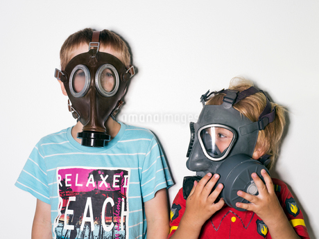 Boys (4-5, 6-7) wearing gas masksの写真素材 [FYI02196184]