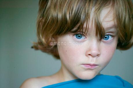 Sweden, Vastergotland, Lerum, Portrait of blue eyed boy (8-9)の写真素材 [FYI02196338]
