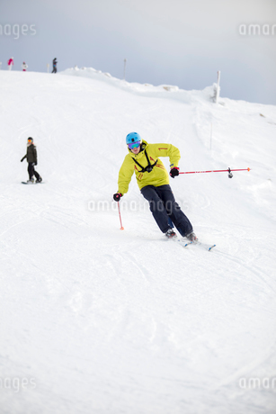 Norway, Hedmark, Trysil, Young man skiing from slopeの写真素材 [FYI02196345]