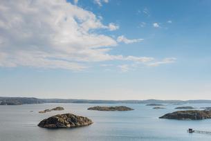 Sweden, West Coast, Bohuslan, Grundsund, Raggardsvik, Tranquil view of bay of waterの写真素材 [FYI02196353]