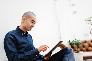 Sweden, Freelancer sitting with digital tabletの写真素材 [FYI02196395]