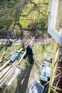Sweden, Sodermanland, Carpenter adjusting planksの写真素材 [FYI02196621]