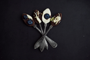 Funny spoons with chocolateの写真素材 [FYI02196778]