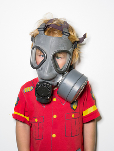 Boy (4-5) wearing gas maskの写真素材 [FYI02196801]