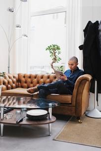 Sweden, Freelancer sitting with digital tabletの写真素材 [FYI02196816]