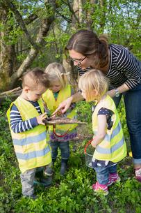Sweden, Vastergotland, Olofstorp, Bergum, Woman taking care of children (2-3) outdoorsの写真素材 [FYI02197046]