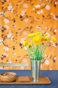 Sweden, Flowers in vase on tableの写真素材 [FYI02197050]