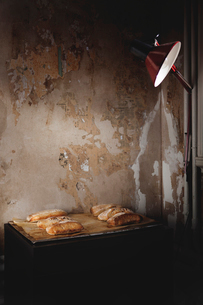 Homemade bread on trayの写真素材 [FYI02197218]