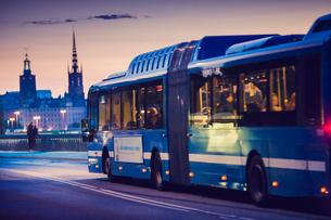 Sweden, Stockholm, Public bus on street at nightの写真素材 [FYI02197238]