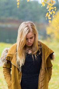 Sweden, Ostergotland, Mjolby, Portrait of blonde teenager (16-17)の写真素材 [FYI02197308]