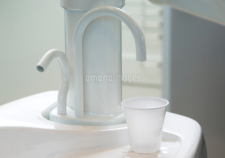 Plastic cup and dental equipmentの写真素材 [FYI02197335]