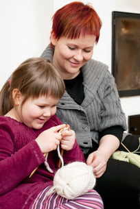 Mother guiding knitting daughter (4-5)の写真素材 [FYI02197397]