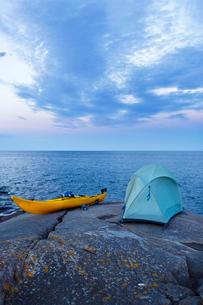 Sweden, Stockholm Archipelago, Kayak and tent on seaside rockの写真素材 [FYI02197423]