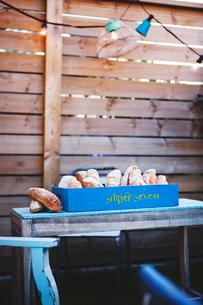 Homemade bread in wooden containerの写真素材 [FYI02197442]