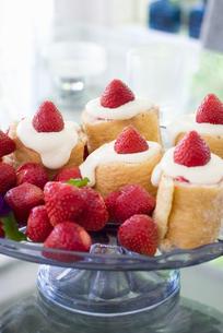 Strawberry swiss roll on glass standの写真素材 [FYI02197468]