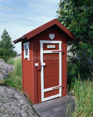 Sweden, Huvudskar, View of outhouseの写真素材 [FYI02197540]