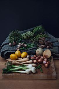 Variation of vegetables with lemonの写真素材 [FYI02197569]