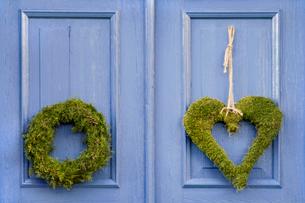 Sweden, Bohuslan, Christmas wreath on blue doorの写真素材 [FYI02197598]