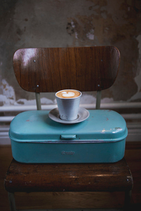 Latte coffee on metal containerの写真素材 [FYI02197605]
