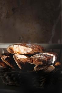 Homemade bread in basketの写真素材 [FYI02197696]