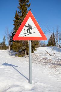 Norway, Trysil, Skier on warning signの写真素材 [FYI02197710]