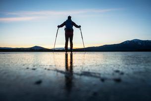 Sweden, Jamtland, Valadalen, Ottosjon, Mature man looking at sunsetの写真素材 [FYI02197748]