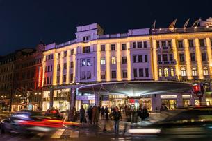 Sweden, Stockholm, Ostermalm, Stureplan, City street at nightの写真素材 [FYI02197836]