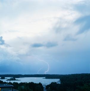Finland, Helsinki, Roihuvuori, Stromsinlahti, Double lightning striking on horizonの写真素材 [FYI02197857]