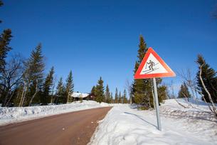 Norway, Trysil, Skier on warning signの写真素材 [FYI02197865]