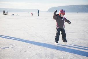 Sweden, Vastergotland, Lerum, Lake Aspen, Girl (4-5) learning how to ice skate on lakeの写真素材 [FYI02197906]