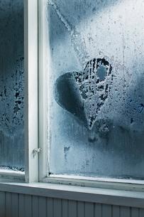 Heartshape in frost on widowの写真素材 [FYI02197935]