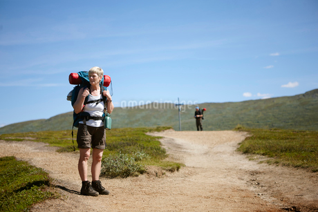 Sweden, Jamtland, Two hikers on footpathの写真素材 [FYI02197938]