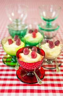 Sweden, Stockholm, Lemon mousse with frozen raspberriesの写真素材 [FYI02198034]