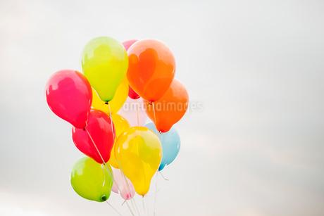 Sweden, Bundle of balloons against overcast skyの写真素材 [FYI02198114]