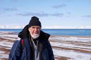 Norway, Svalbard, Senior man hiking in winterの写真素材 [FYI02198173]