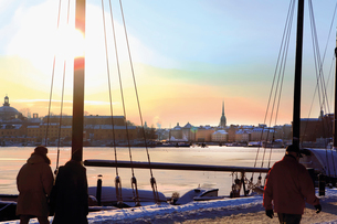 Sweden, Stockholm, Ostermalm, Strandvagen, Waterfront at sunsetの写真素材 [FYI02198216]