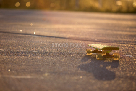 Sweden, Vastergotland, Lerum, Skateboard on roadの写真素材 [FYI02198354]