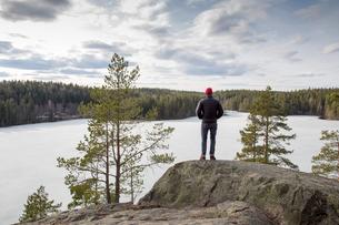 Sweden, Narke, Kilsbergen, Mature hiker looking at forestの写真素材 [FYI02198431]