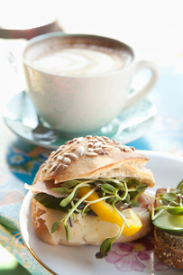 Sweden, Stockholm, Sandwich and coffee on tableの写真素材 [FYI02198555]