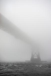 USA, California, San Francisco, Golden Gate Bridge in fogの写真素材 [FYI02198575]